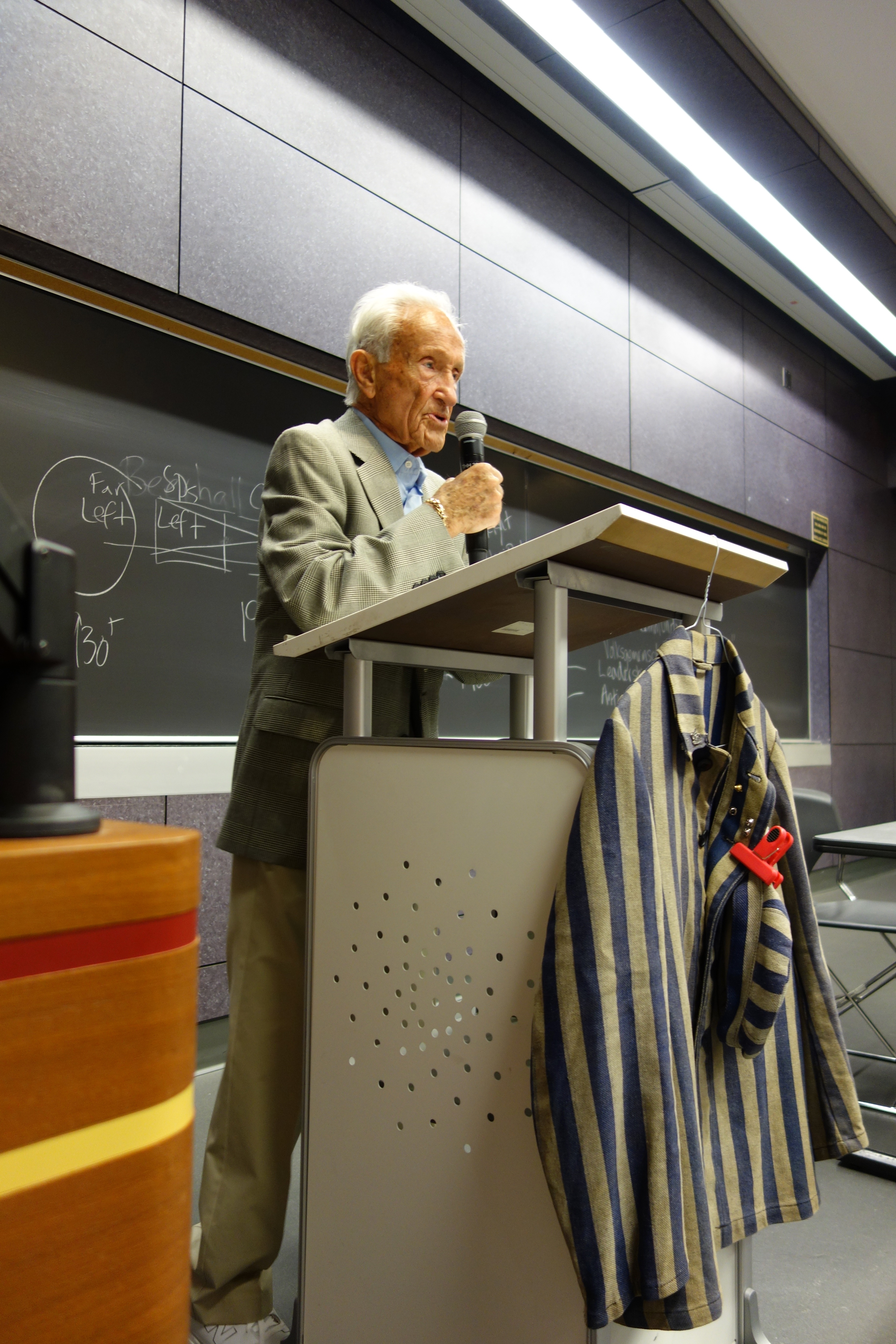 Ed Mosberg speaks to students at USC