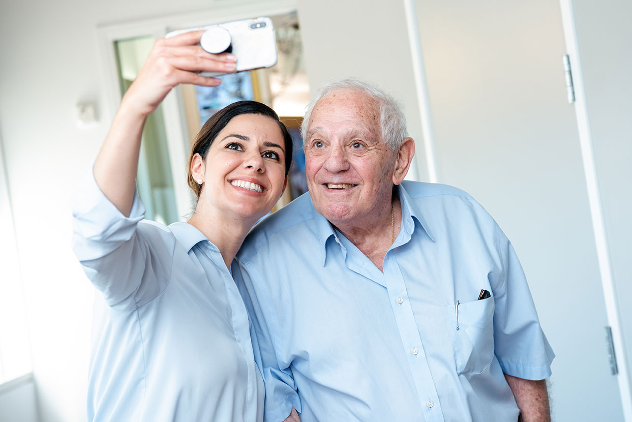 Silva Ohanian taking a selfie with Holocaust survivor and volunteer George Weiss