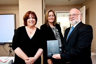 Yisroel Blumenstein, an educator at Yeshiva Ohr Elchonon Chabad in Los Angeles, receiving his award for developing a testimony-based presentation, from Sherry Bard, Institute Project Director of Educational Programs (left), and Sheila Hansen, Institute Senior Trainer and Content Specialist (center).