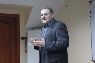 Evhen Zakharov delivers lecture on legal aspects of Holodomor.