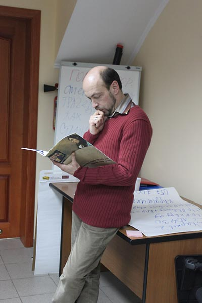 Oleksandr Voitenko, author of the Ukrainian Famine lesson, conducts teacher training.