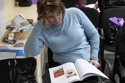 Halyna Lomakina views eyewitness testimony, part of the Ukrainian Famine lesson.