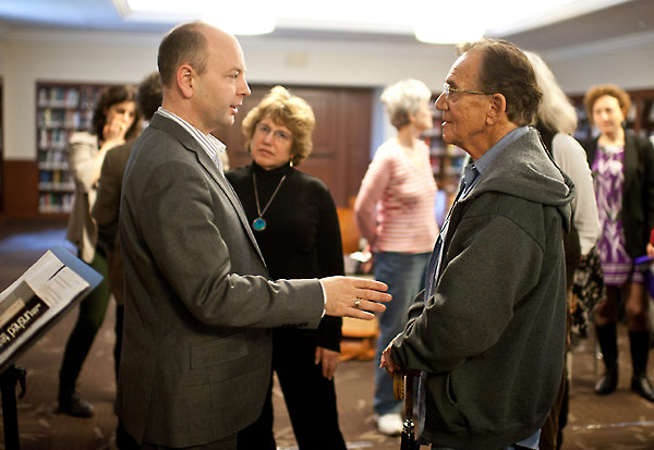 Stephen Smith converses with participants at the 2012 Conference of the Association for Jewish Theater.