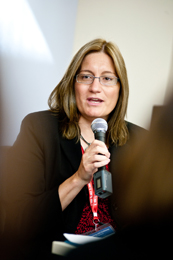 Sheila Hansen, Institute Senior Trainer and Content Specialist, moderating a session.