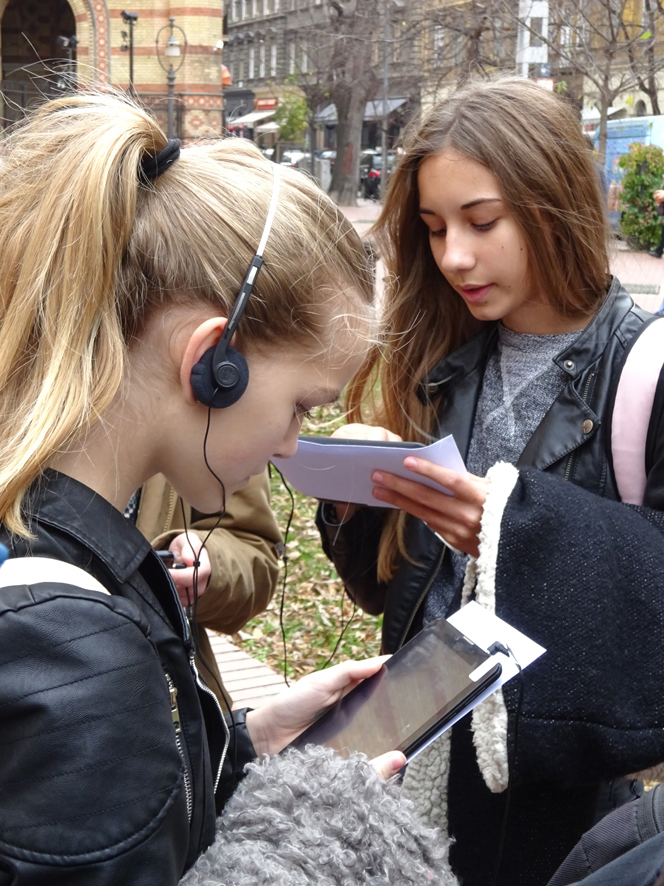 8th graders from SZTE Juhász Gyula Middle School and Art School of the University of Szeged on the Budapest IWalk