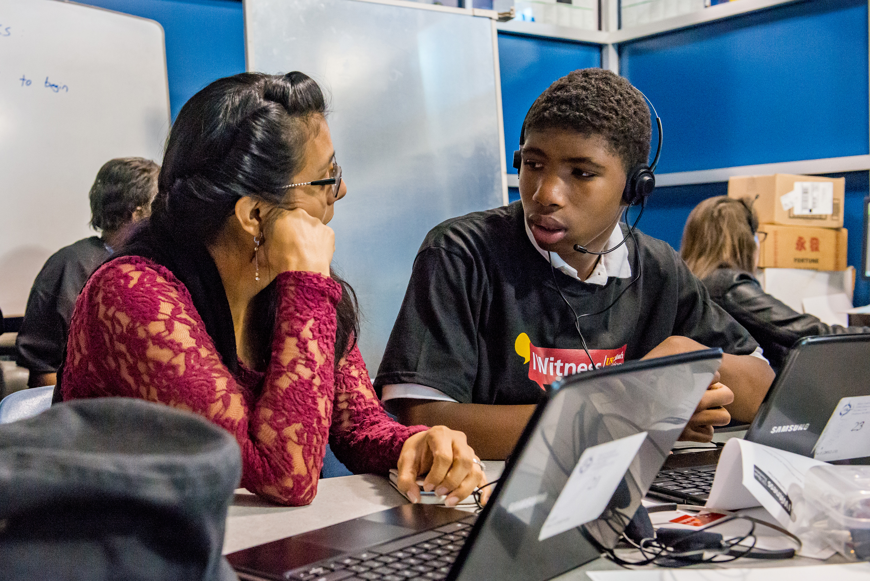 Lesly Culp, USC Shoah Foundation Senior Content Specialist/Trainer, works with a student on the IWitness activity