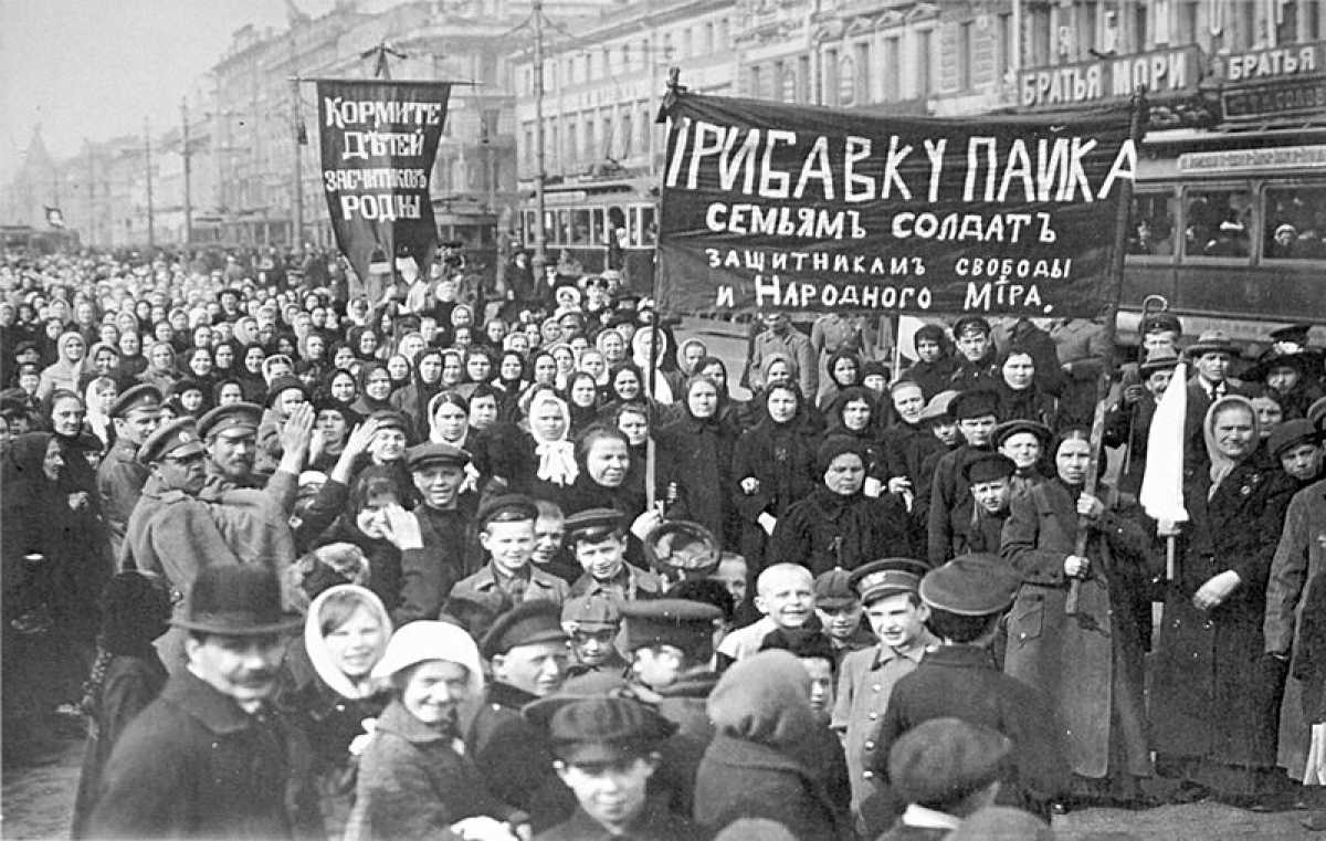 A demonstration of workers from the Putilov plant in Petrograd (modern day St. Petersburg) around March 7, 1917 courtesy of Wikicommons.