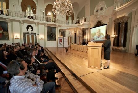 dr. Borsfay Krisztina, az ELTE oktatója tart bemutatót a Vizuális Történelmi Archívum interjúiból