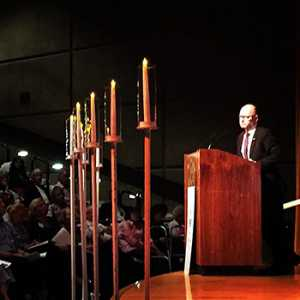 Stephen Smith speaks at Jewish Federation of the Desert's Yom HaShoah ceremony.