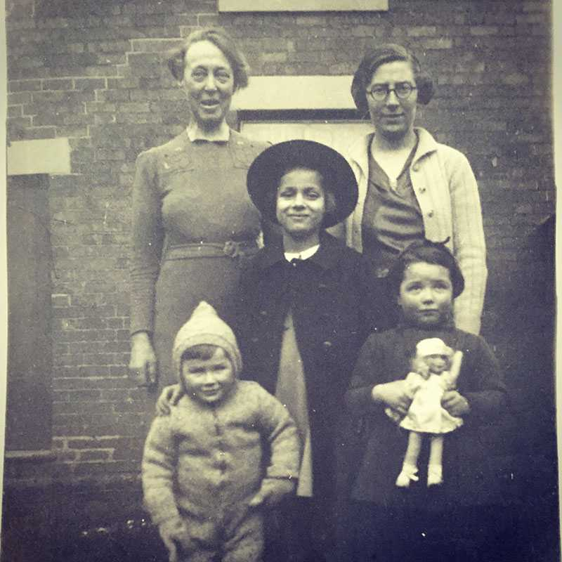 Ruth Ellen Glücksmann (center) in Margate, England in 1939, pictured with her foster mother, unknown woman and other foster children, shortly after arriving in England via the Kindertransport in May of 1939 from the Heim Isenberg home in Neu Isenberg, near Frankfurt Am Mein, for unmarried Jewish women and their children.